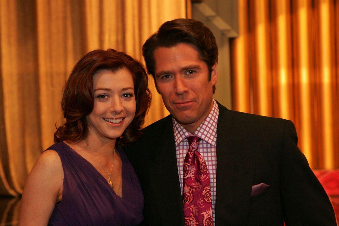 Lily (Alyson Hannigan, l.) und Sandy (Alexis Denisof, r.) sind stolz auf Robin, weil sie eine Auszeichnung für eine herausragende journalistische Ar... - Bildquelle: 20th Century Fox International Television