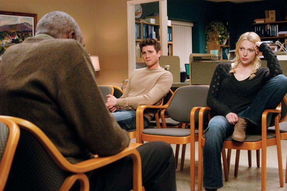Mr. Bolivar (Bill Cobbs, l.) beobachtet Hannah (Laura Prepon, r.) und Nick (Bryan Greenberg, M.) im Krankenhaus und zieht seine eigenen Schlüsse, di... - Bildquelle: 2007 American Broadcasting Companies, Inc. All rights reserved.