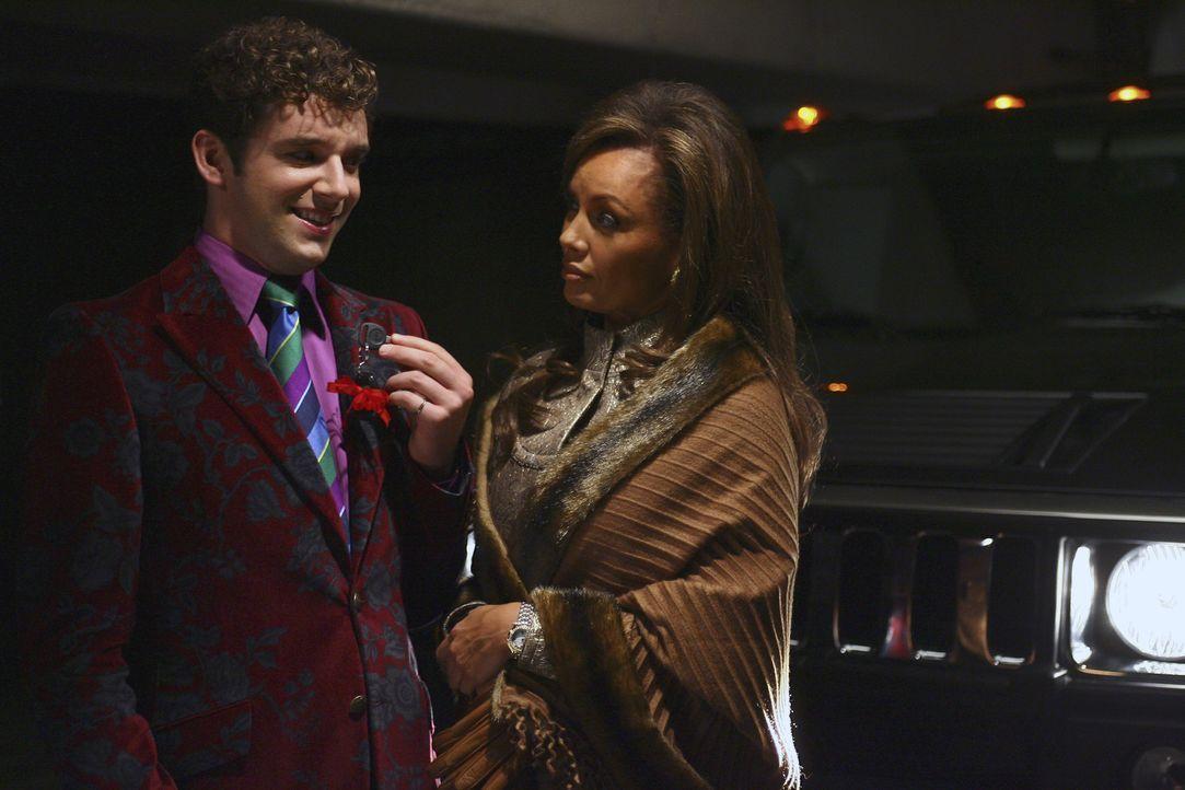 Marc (Michael Urie, l.) kann erleichtert aufatmen, als er merkt, dass er mit einem Geschenk zum Schweigen gebracht werden soll. Er verspricht Wilhel... - Bildquelle: Buena Vista International Television