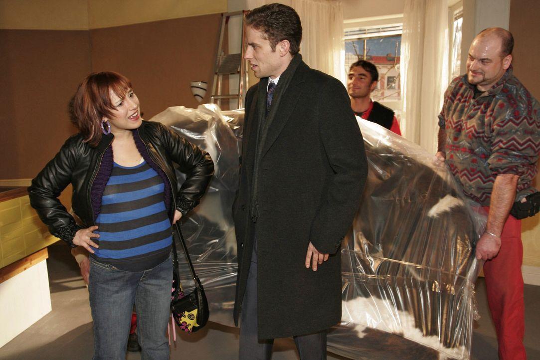 Yvonne (Bärbel Schleker, l.) fühlt sich übergangen, als Max (Alexander Sternberg, r.) in Eigenregie Möbel in die gemeinsame Wohnung liefern lässt.... - Bildquelle: Noreen Flynn SAT.1 / Noreen Flynn