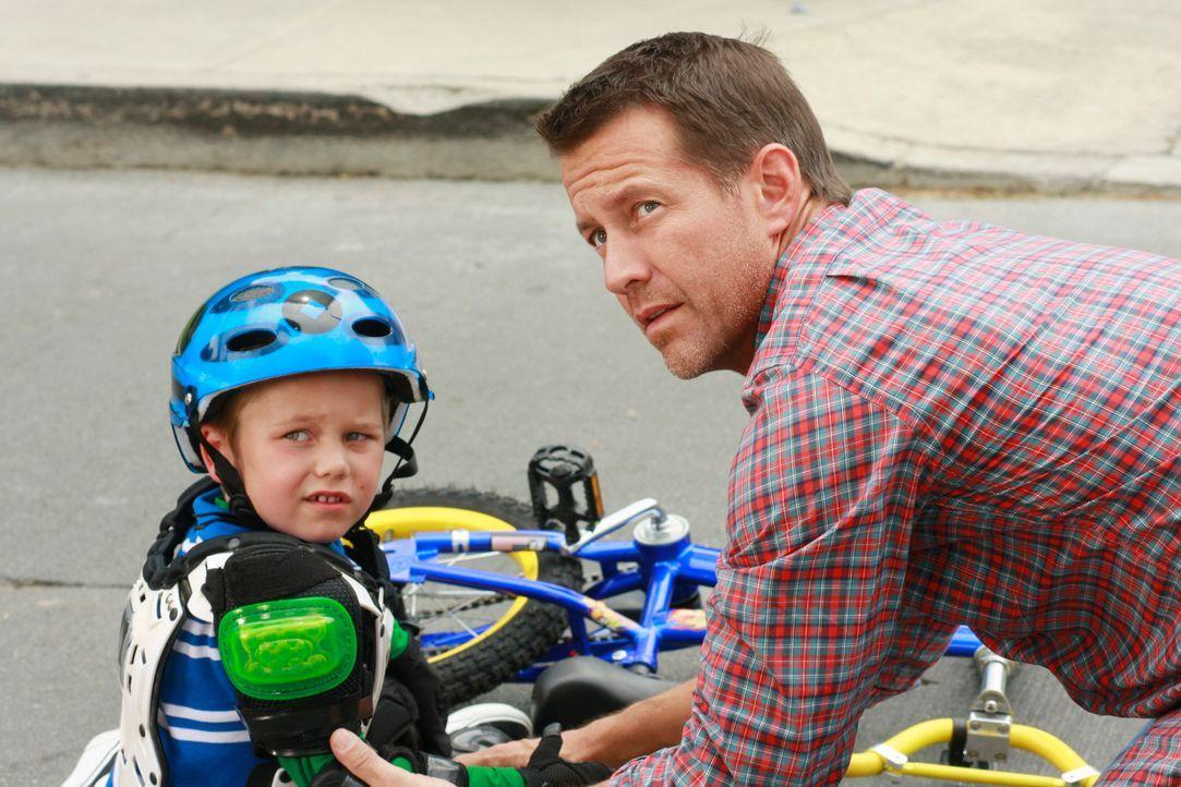 Um bei seinem Sohn zu punkten, schenkt Mike (James Denton, r.) M.J. (Mason Vale Cotton, l.) ein Fahrrad - da er allerdings nur wenig Zeit hat, ihm d... - Bildquelle: ABC Studios