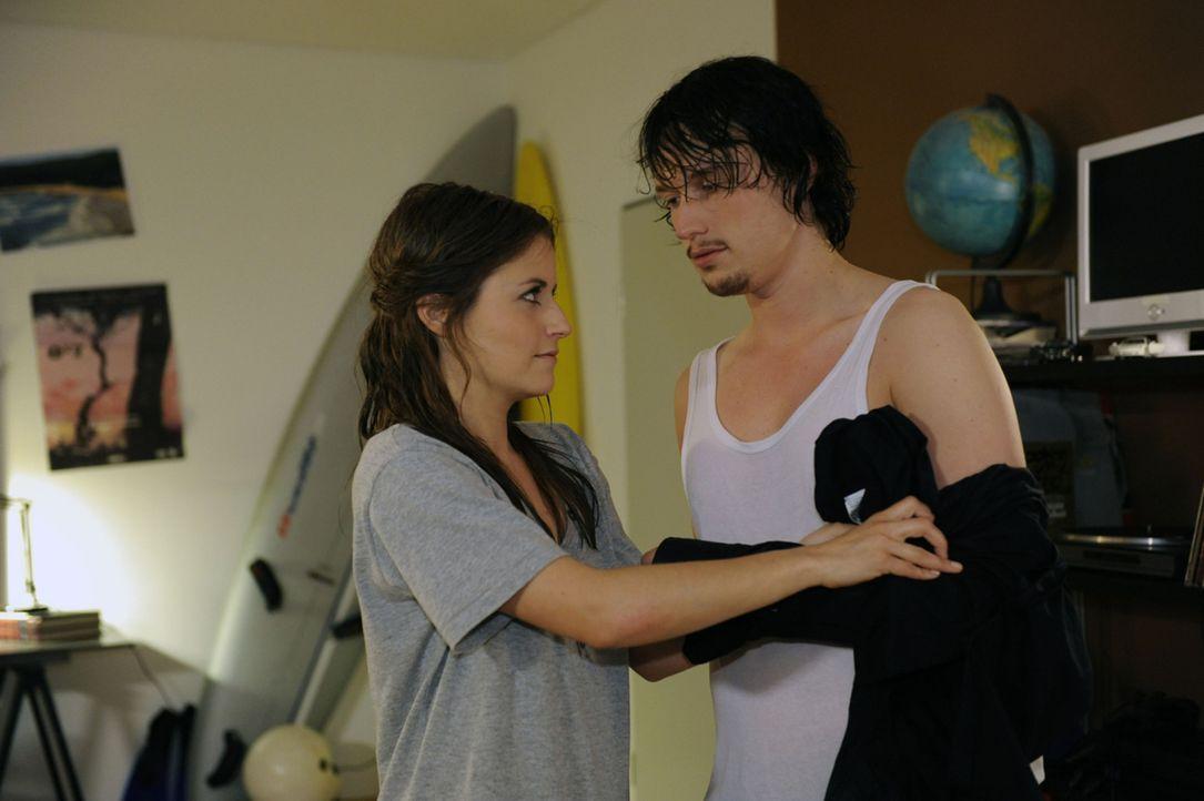 Bea (Vanessa Jung, l.) versucht mit allen Mitteln gegen die erotische Spannung zwischen ihr und Ben (Christopher Kohn, r.) anzukämpfen. - Bildquelle: SAT.1