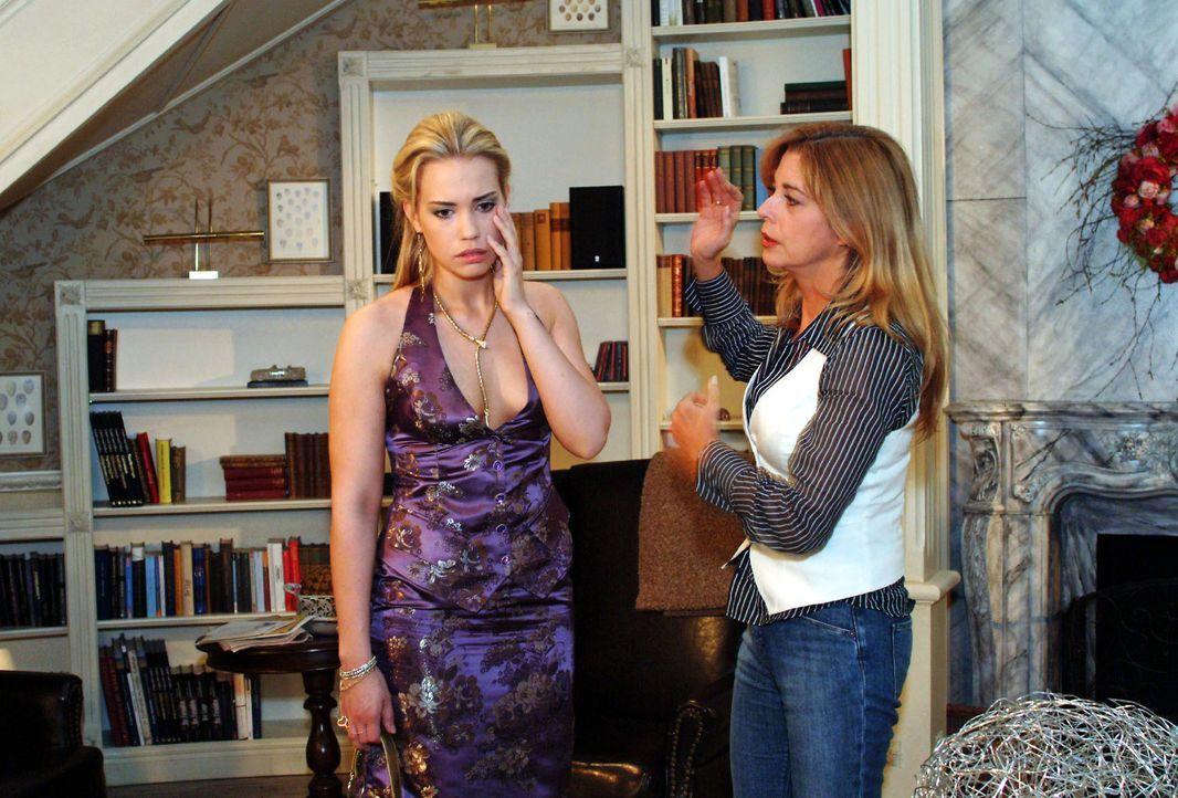 Laura (Olivia Pascal, r.) ist geschockt, als Kim (Lara-Isabelle Rentinck, l.), die zum Entsetzen ihrer Eltern ihr Erbe eingefordert hat, droht, sie... - Bildquelle: Monika Schürle SAT.1 / Monika Schürle