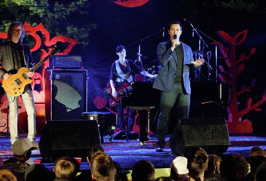 Moderiert als Gastgeber das Musikfestival, welches vom Radiosender gesponsert wird: Ryan (Kerr Smith)... - Bildquelle: The CW   2010 The CW Network, LLC. All Rights Reserved