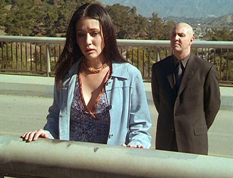 Noch ahnt Prue (Shannen Doherty, l.) nicht, dass der Wächter der Dunkelheit (Arnold Vosloo, r.), der Auslöser für ihre Lebenskrise ist. - Bildquelle: Paramount Pictures