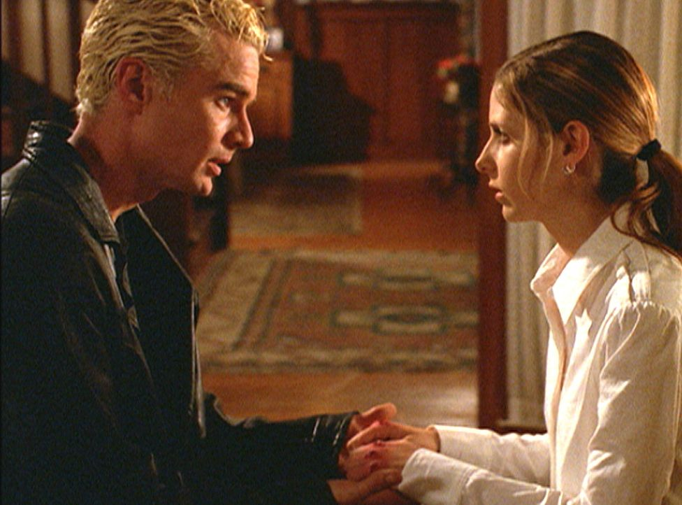 Buffy (Sarah Michelle Gellar, r.) kehrt nach ihrer Wiedererweckung still und verwirrt nach Hause zurück. Obwohl Spike (James Marsters, l.) ihr beist... - Bildquelle: TM +   2000 Twentieth Century Fox Film Corporation. All Rights Reserved.