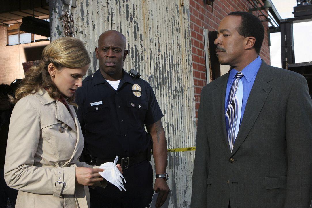 Deputy Chief Brenda Leigh Johnson (Kyra Sedgwick, l.) ermittelt in einem neuen Mordfall. Bei den Ermittlungen erhält sie Unterstützung von Captain T... - Bildquelle: Warner Brothers