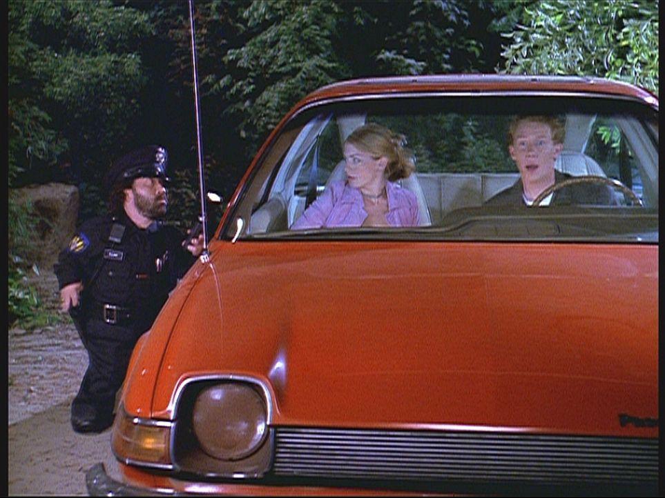 Sabrina (Melissa Joan Hart, M.) fährt mit Gordie (Curtis Andersen, r.) an einen romantischen Ort für Liebespaare, weil sie dort Harvey und Libby v... - Bildquelle: Paramount Pictures