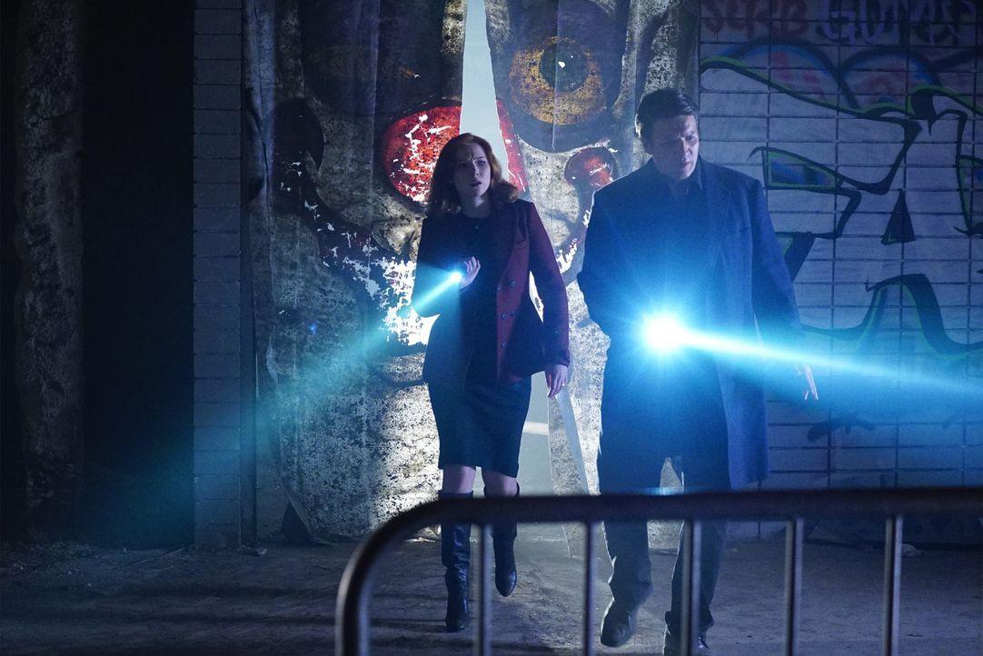 Da Castle (Nathan Fillion, r.) und Beckett offiziell immer noch getrennte Wege gehen, hilft Alexis (Molly C. Quinn, l.) ihrem Vater bei den Ermittlu... - Bildquelle: Richard Cartwright 2015 American Broadcasting Companies, Inc. All rights reserved.