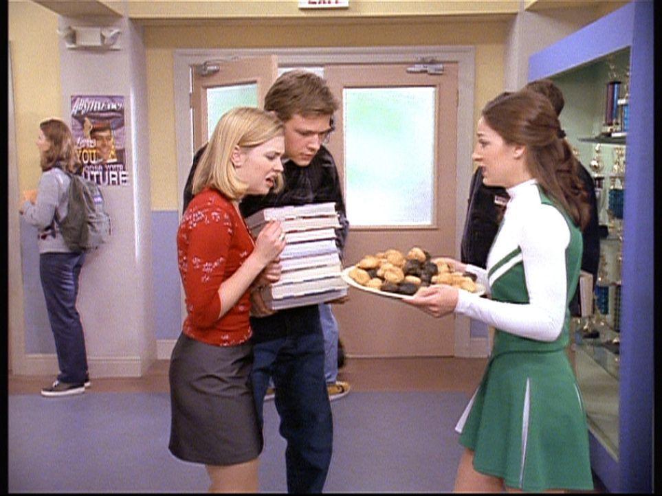 Sabrina (Melissa Joan Hart, 2.v.l.) unterstützt Valerie (Lindsay Sloane, r.) sehr erfolgreich beim Verkauf ihrer Käsewindbeutel. - Bildquelle: Paramount Pictures