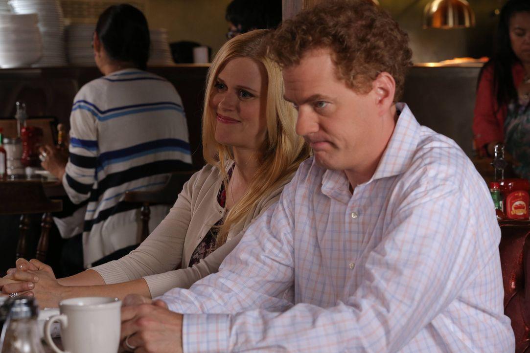 Vernon (Todd Robert Anderson, r.) und Becca (Janet Varney, l.) versuchen, mit einer Paartherapie ihre Ehe zu retten ... - Bildquelle: TM &   2014 Fox and its related entities.  All rights reserved.