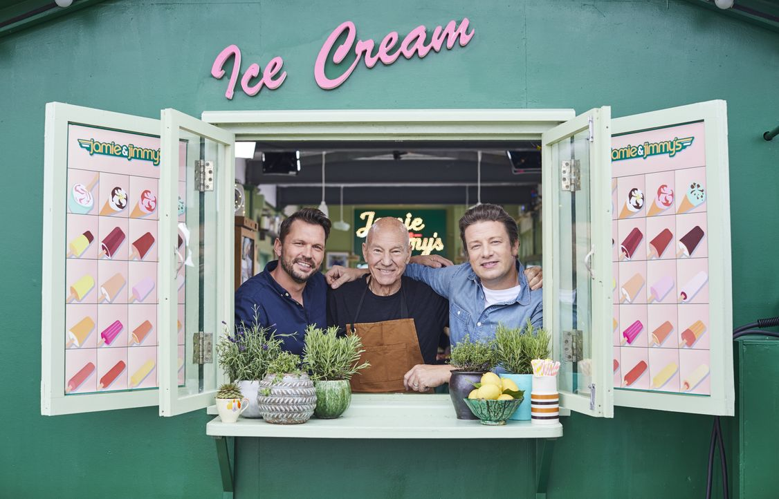 (v.l.n.r.) Jimmy Doherty; Patrick Stewart; Jamie Oliver - Bildquelle: Steve Ryan Jamie Oliver Productions, 2018 / Steve Ryan