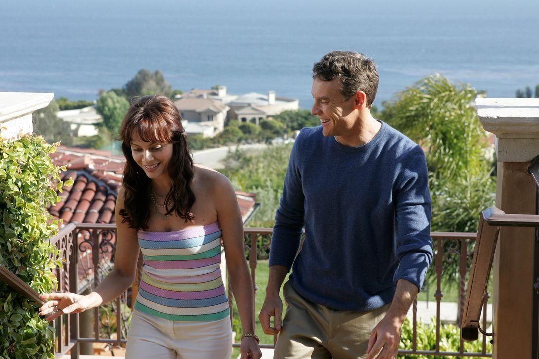 Während Julie (Melinda Clarke, l.) und Jimmy (Tate Donovan, r.) beschließen, es noch einmal miteinander zu versuchen, hat Kirsten ganz andere Prob... - Bildquelle: Warner Bros. Television