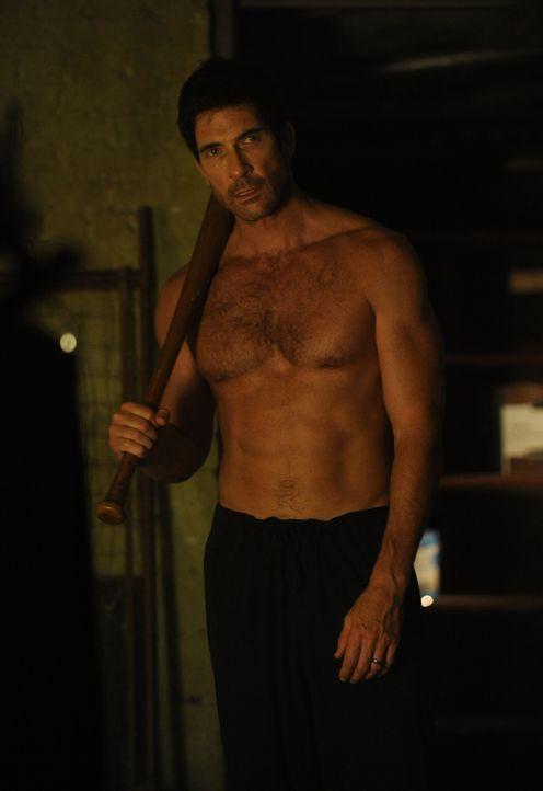 Irgendetwas stimmt da nicht! Ben Harmon (Dylan McDermott) glaubt, im Keller Geräusche gehört zu haben und macht sich auf die Suche ... - Bildquelle: 2011 Twentieth Century Fox Film Corporation. All rights reserved.