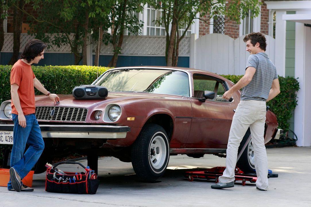 Als Susan sieht, dass Danny (Beau Mirchoff, r.) wieder Zuhause ist und mit seinem Freund Eddie (Josh Zuckerman, l.) am Wagen rumschraubt, platzt ihr... - Bildquelle: ABC Studios