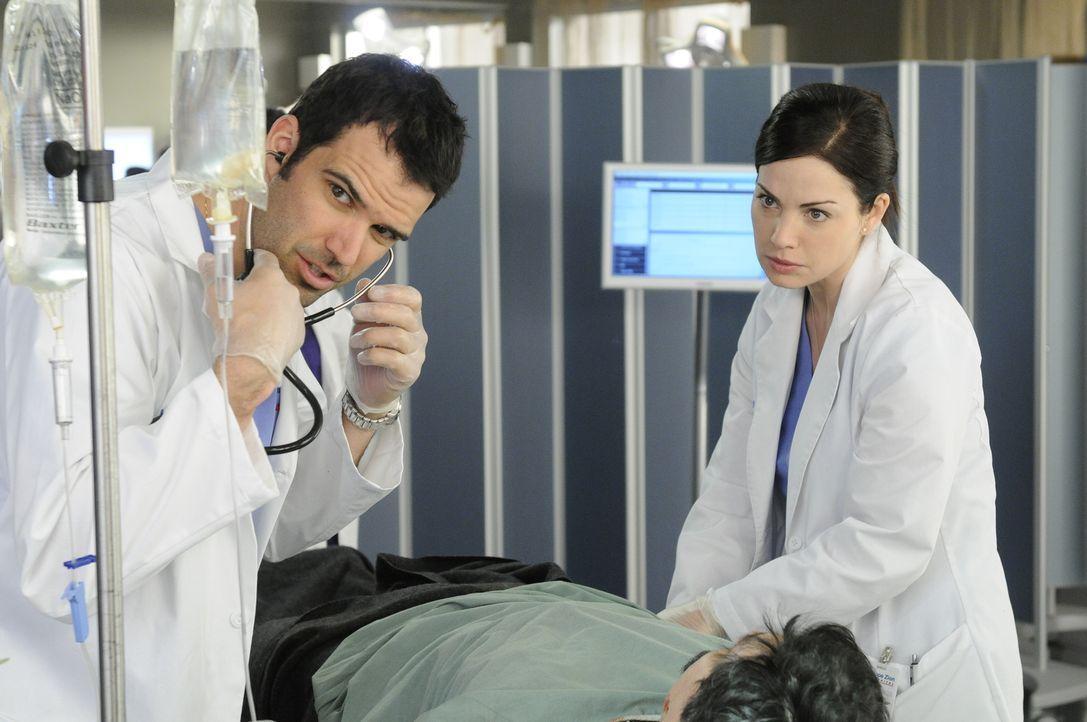 Im Wettlauf gegen die Zeit: Dr. Zachary Miller (Benjamin Ayres, l.) Dr. Alex Reid (Erica Durance, r.) - Bildquelle: 2012  Hope Zee One Inc.