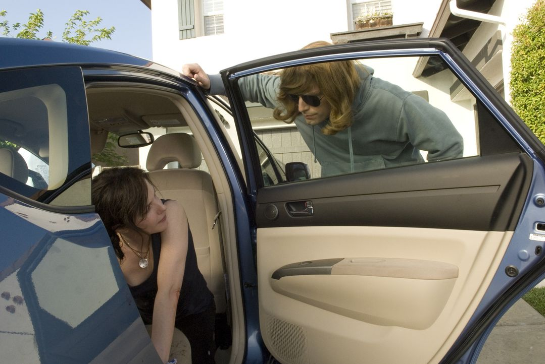 Andy (Justin Kirk, r.) ist auf der Flucht vor der Army und bittet Nancy (Mary-Louise Parker, l.) um Hilfe, doch die steckt selbst bis zum Hals in de... - Bildquelle: Lions Gate Television