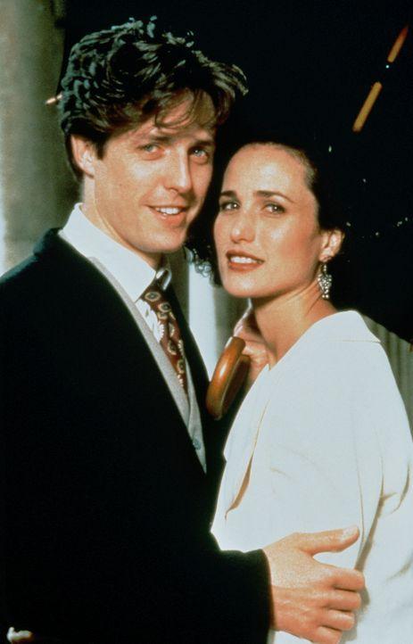 Nach vier Hochzeiten und einem Todesfall finden Charles (Hugh Grant, l.) und Carrie (Andie MacDowell, r.) endlich zueinander - ohne Trauschein ... - Bildquelle: Gramercy Pictures