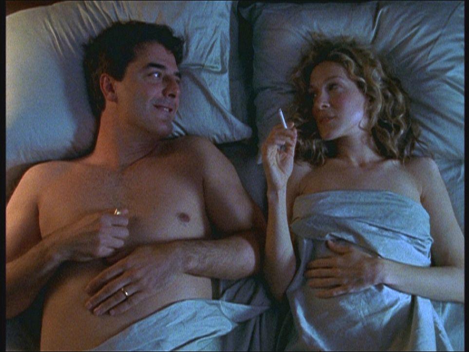 Als Carrie (Sarah Jessica Parker, r.) und Big (Chris Noth, l.) wieder alleine aufeinander treffen, ist es um sie geschehen: Sie fallen übereinander... - Bildquelle: Paramount Pictures