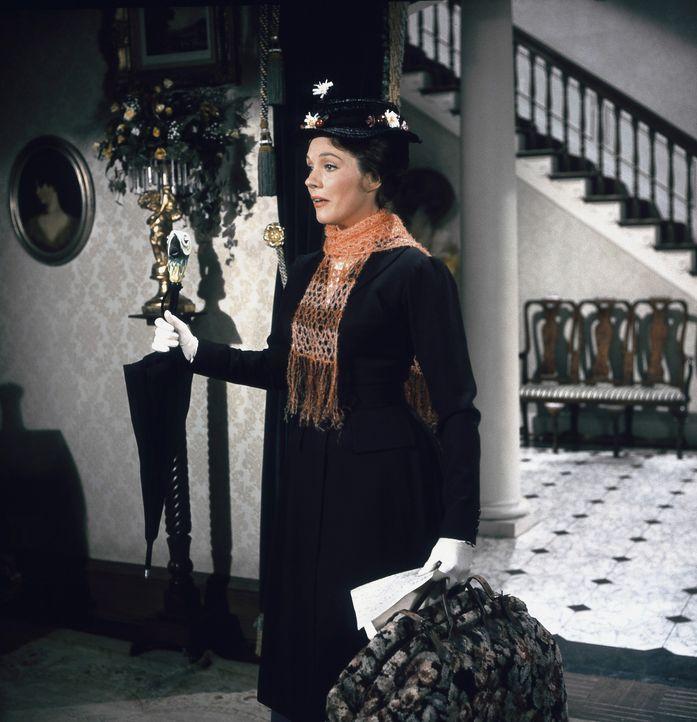Versucht, bei Familie Banks die Griesgrämigkeit aus dem Haus zu vertreiben: Kindermädchen Mary Poppins (Julie Andrews) ... - Bildquelle: Walt Disney Company. All Rights Reserved.
