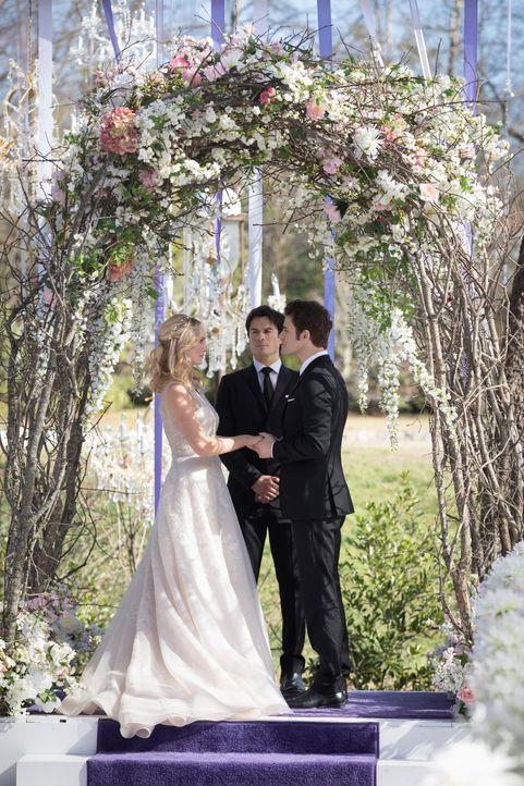 An dem Tag, der für Caroline (Candice King, l.) und Stefan (Paul Wesley, r.) der schönste in ihrem Leben sein sollte, warten sie die ganze Zeit auf... - Bildquelle: Warner Bros. Entertainment, Inc.
