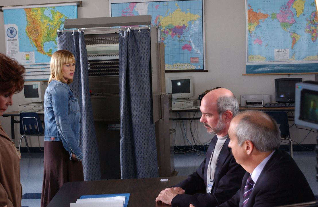 Allison (Patricia Arquette, l.) träumt, dass bei der Wahl des Bezirksstaatsanwaltes die Leute, die für Devalos (Miguel Sandoval, r.) stimmen, in d... - Bildquelle: Paramount Network Television