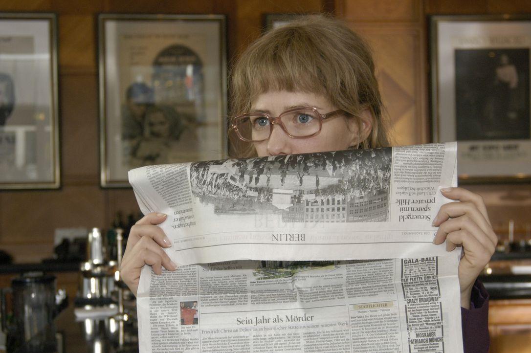 Höchst investigativ versucht Lisa (Alexandra Neldel) die Intrige aufzudecken. Sie beobachtet Alexandra in der Hotelbar und traut ihren Augen nicht,... - Bildquelle: Noreen Flynn SAT.1 / Noreen Flynn