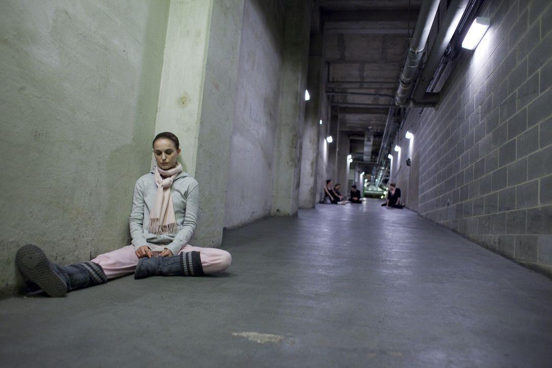 """Als der jungen Ballerina Nina (Natalie Portman) die Rolle des unschuldigen weißen als auch des dämonischen schwarzen Schwans in Tschaikowskis """"Schwa... - Bildquelle: 20th Century Fox"""