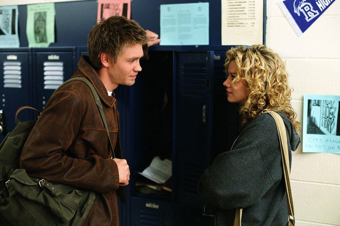 Peyton (Hilarie Burton, r.) kommt nicht ganz damit klar, dass Lucas (Chad Michael Murray, l.) und Brooke ein Paar sind ... - Bildquelle: Warner Bros. Pictures