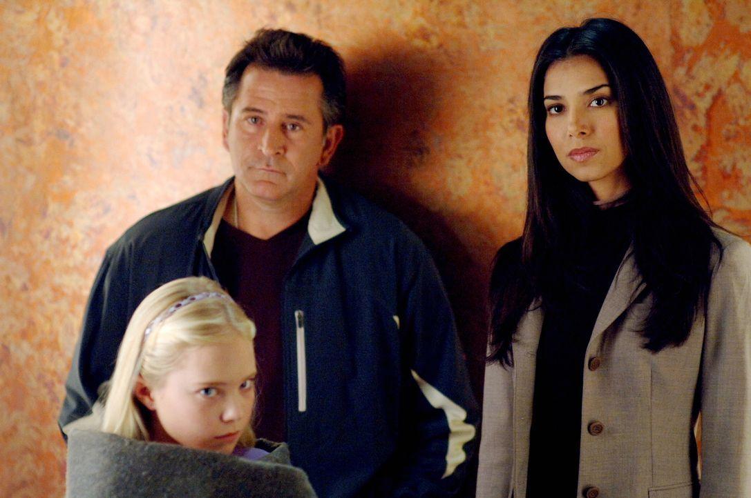 Was musste die kleine Melissa (Danielle Chuchran, l.) die letzten Tage durchmachen? Jack (Anthony LaPaglia, M.) und Elena (Roselyn Sanchez, r.) sind... - Bildquelle: Warner Bros. Entertainment Inc.