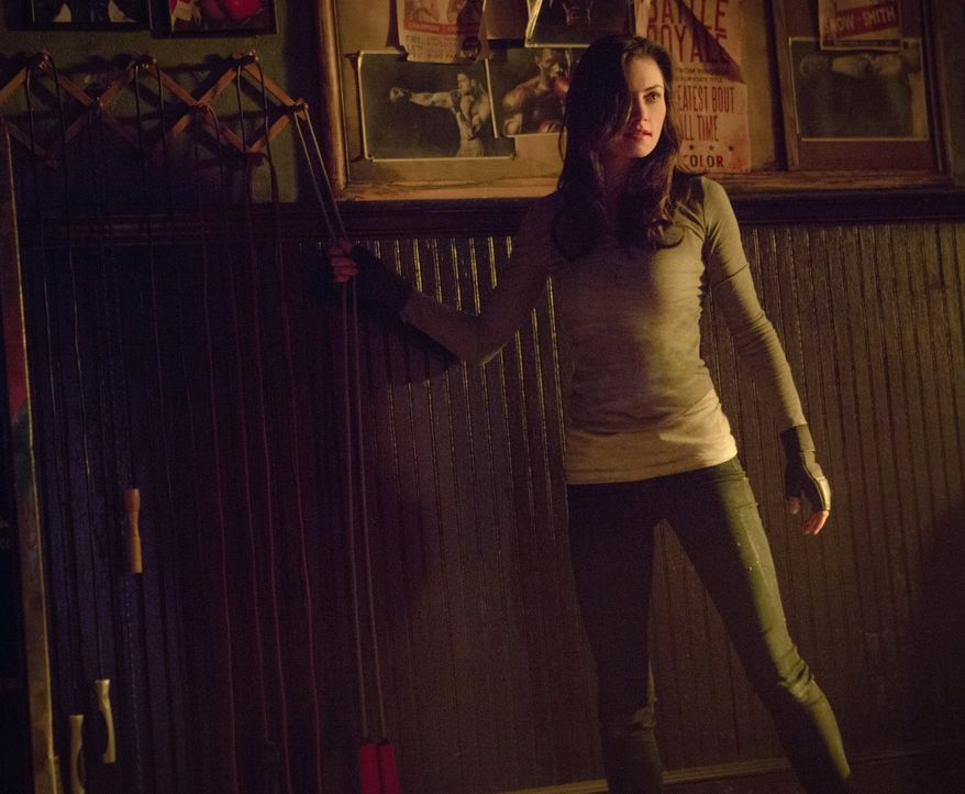 Während Hayley (Phoebe Tonkin) erneut ein Opfer bringen muss, setzt Davina all die verfügbaren Kräfte ein, um endlich einen Weg zu finden, ihren gel... - Bildquelle: Warner Bros. Entertainment, Inc.