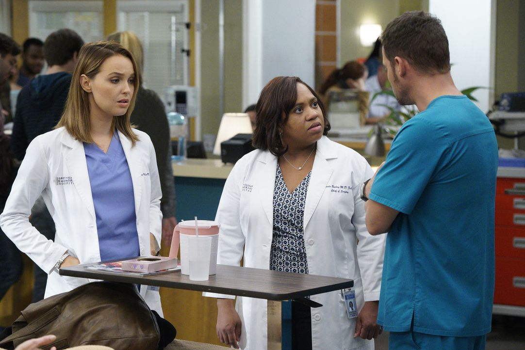 Kümmern sich zusammen um eine schwangere Patientin: Jo (Camilla Luddington, l.), Bailey (Chandra Wilson, M.) und Alex (Justin Chambers, r.) ... - Bildquelle: Jennifer Clasen 2016 American Broadcasting Companies, Inc. All rights reserved.
