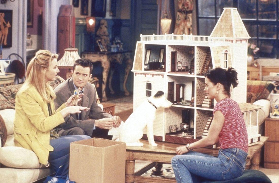 Monica (Courteney Cox, r.) hat von ihrer Tante ein wunderschönes Puppenhaus geerbt. Phoebe (Lisa Kudrow, l.) und Chandler (Matthew Perry, M.) sind... - Bildquelle: TM+  2000 WARNER BROS.
