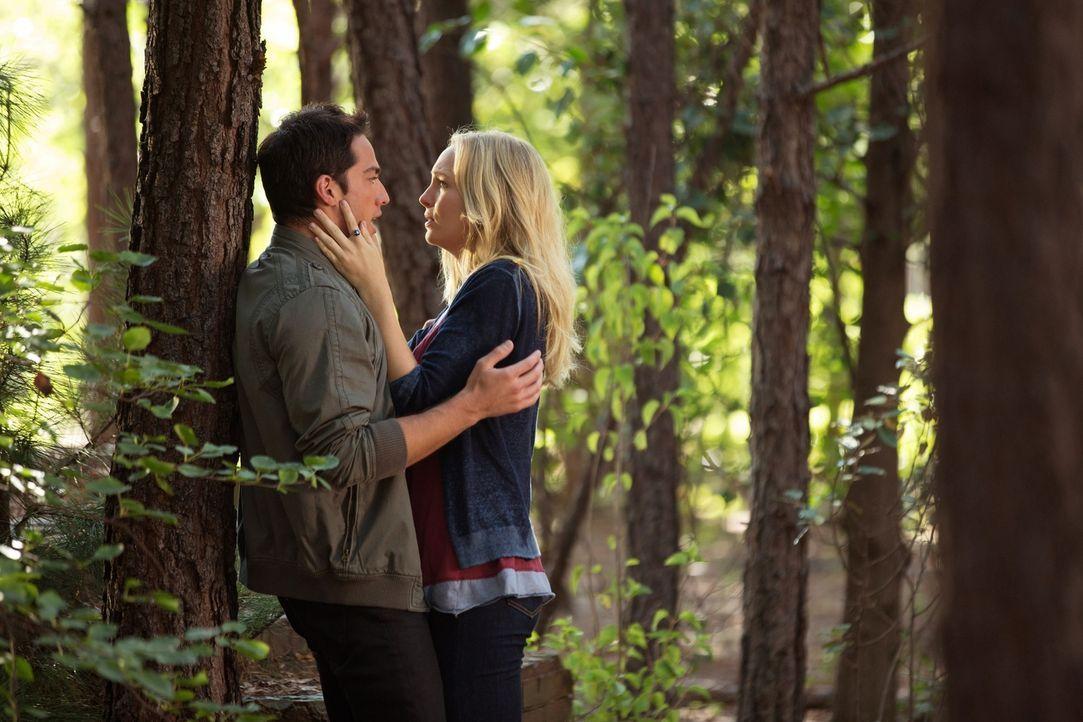 Noch glaubt Caroline (Candice Accola, r.), ihren geliebten Tyler (Michael Trevino, l.) unbeschadet zurückbekommen zu haben ... - Bildquelle: Warner Brothers