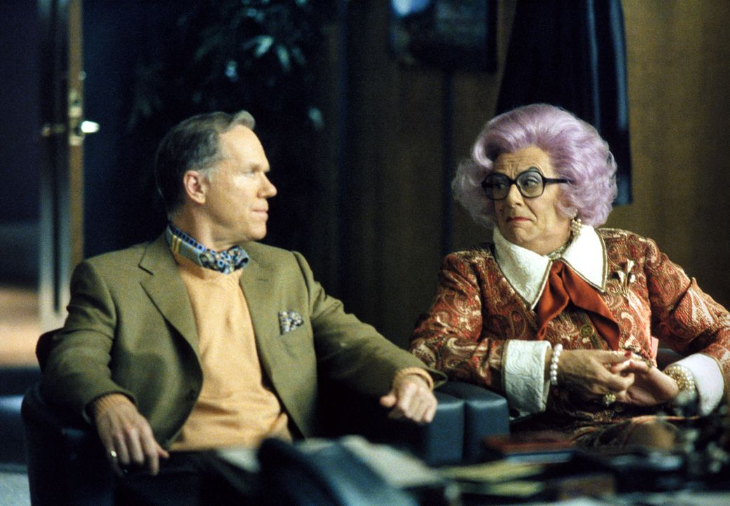 Als Claire Otoms (Dame Edna Everage, r.) ihren Freunden in der Kanzlei eröffnet, dass sie Jerome Trouper (Loudon Wainwright, l.) heiraten will, rät... - Bildquelle: 2002 Twentieth Century Fox Film Corporation. All rights reserved.