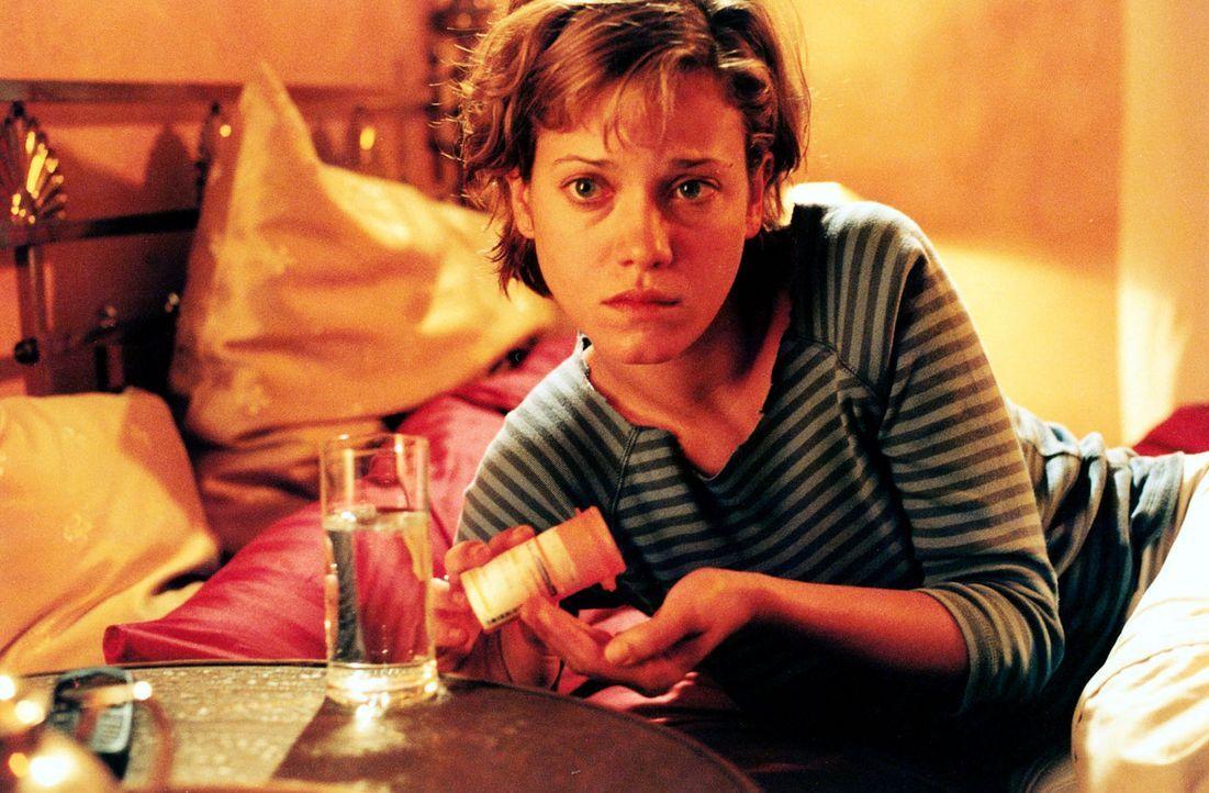 """Jenny (Muriel Baumeister) konsumiert seit Jahren Tabletten gegen Angst und Schlaflosigkeit. Als die Albträume zunehmen, greift sie wieder zu den """"k... - Bildquelle: Sat.1"""