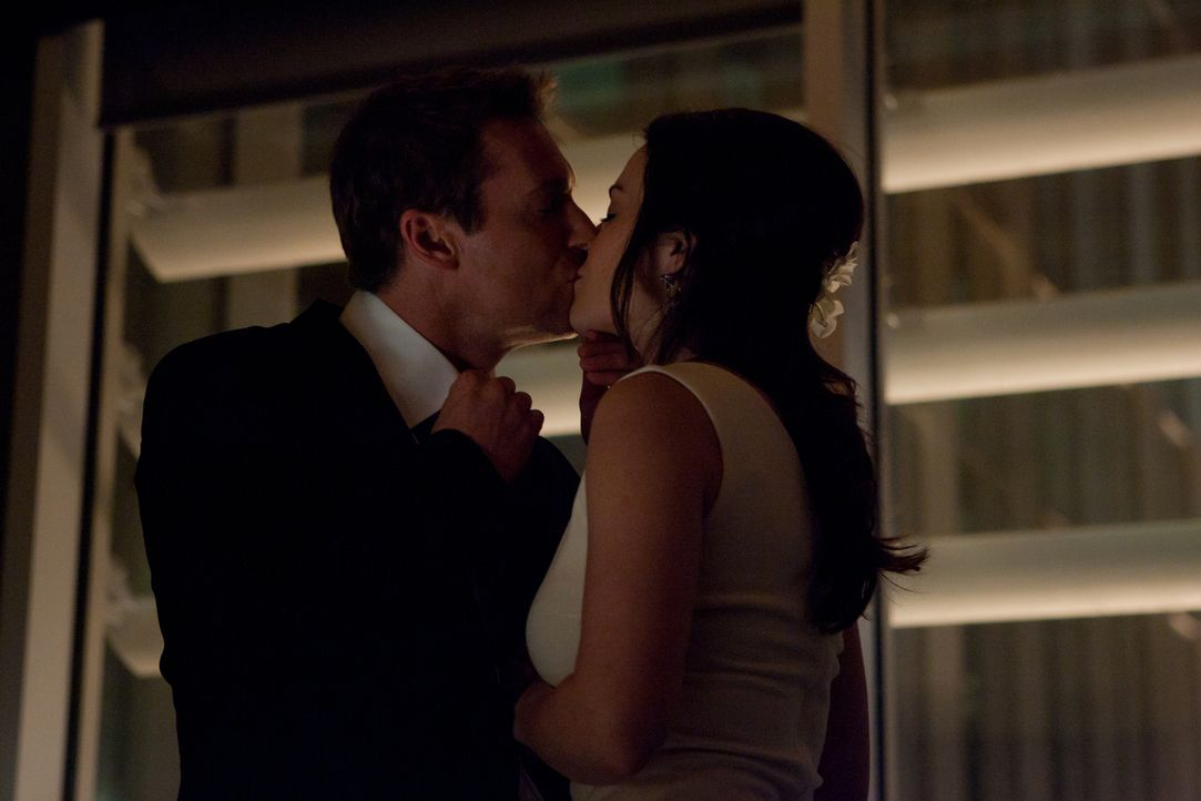 Noch ahnen Dr. Alex Reid (Erica Durance, r.) und ihr Verlobter Dr. Charlie Harris (Michael Shanks, l.) nicht, dass der romantische Abend eine dramat... - Bildquelle: 2012  Hope Zee One Inc.
