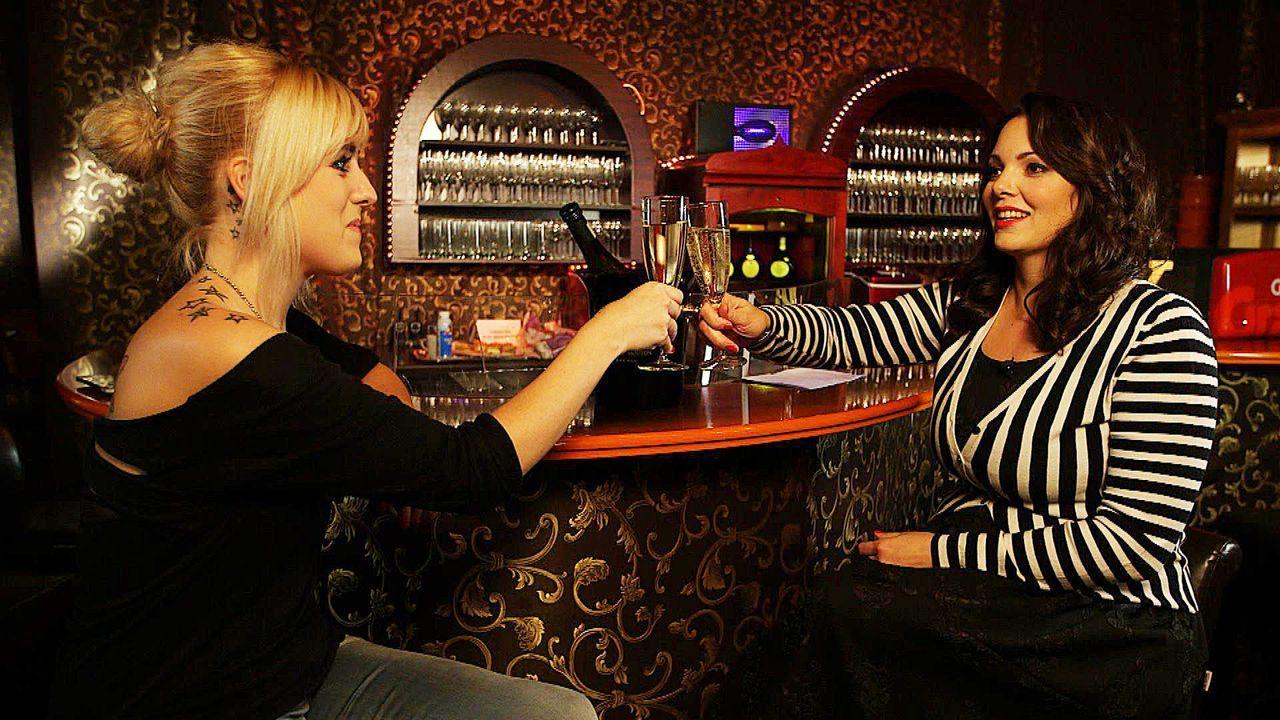 Paula Lambert (r.) spricht heute mit Chrissi (l.) über Sex. - Bildquelle: sixx
