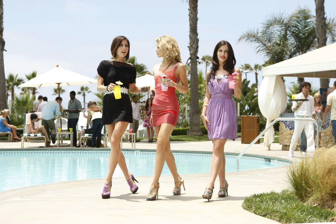 Die Sommerschule hat die verliebte Silver (Jessica Stroup, l.), die intrigante Naomi (AnnaLynne McCord, M.) und die untreue Adrianna (Jessica Lawnde... - Bildquelle: TM &   CBS Studios Inc. All Rights Reserved