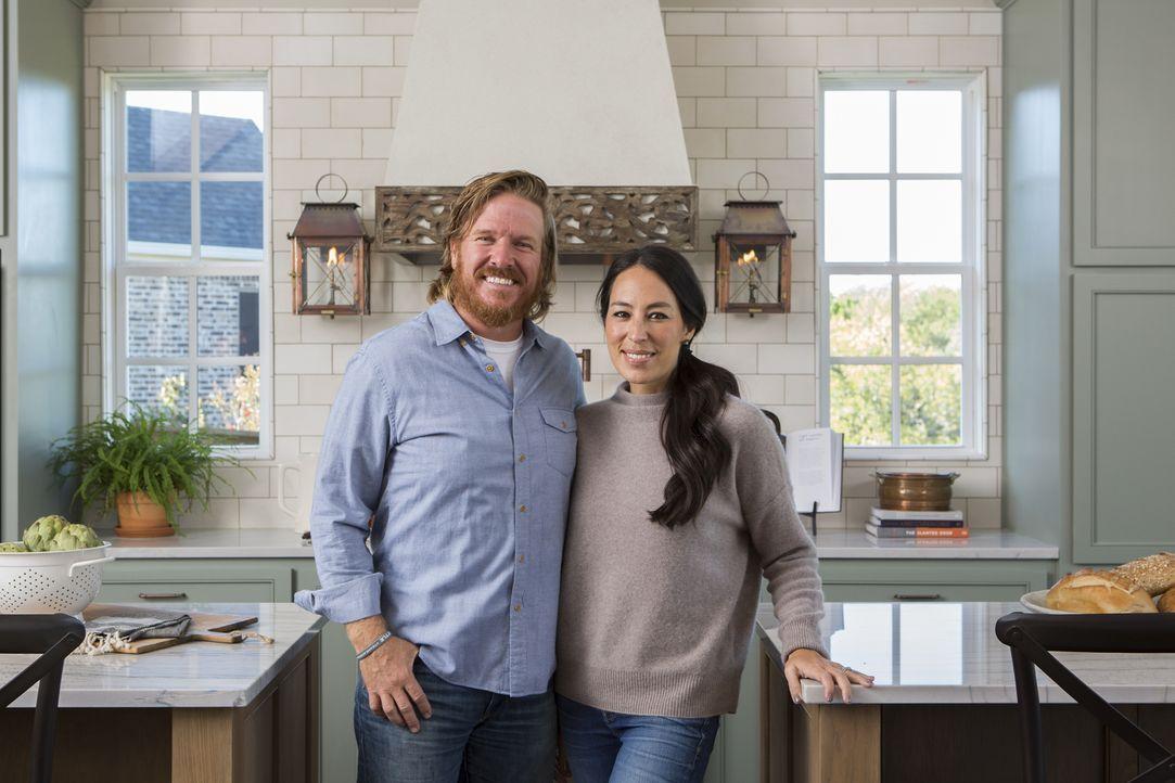 Das Ehepaar Chip (l.) und Joanna Gaines (r.) verwandeln heruntergekommene Immobilien in wahre Traumhäuser. Ob sie auch dieses Mal ihre Kunden glückl... - Bildquelle: Jennifer Boomer 2017, HGTV/Scripps Networks, LLC. All Rights Reserved.