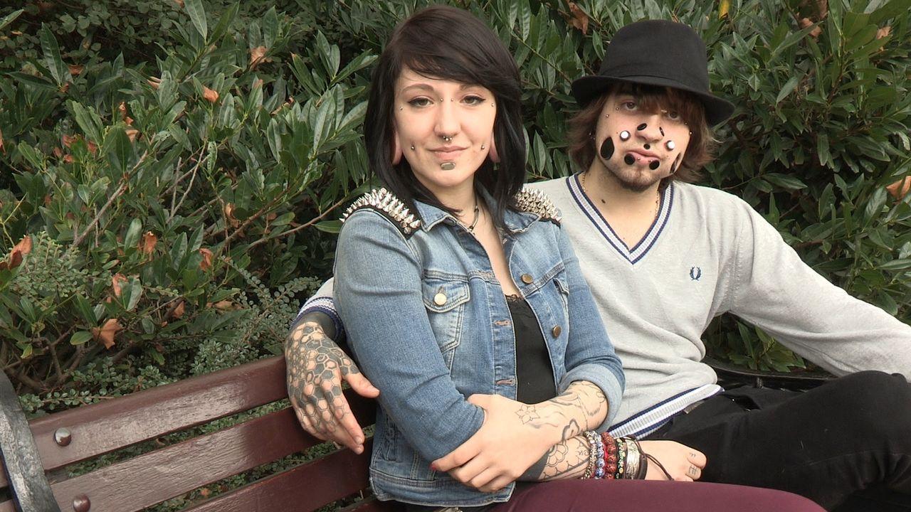 Joel (r.) arbeitet seit neun Jahren an seinem einzigartigen Look. Manche Menschen finden Joels Look abstoßend, für seine Freundin Anastasia (l.) all... - Bildquelle: Remarkable 2015