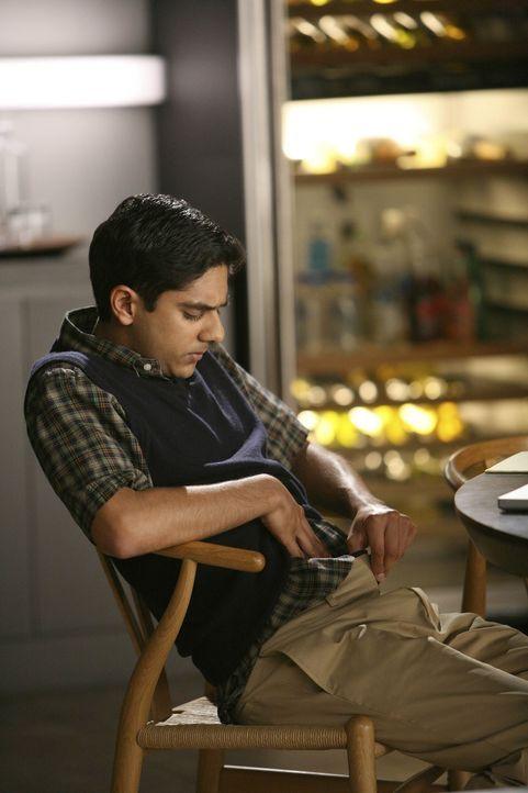 Leidet unter einer schwierigen Vater-Sohn-Beziehung: Raj (Adhir Kalyan) ... - Bildquelle: Warner Bros. Entertainment Inc. All Rights Reserved.