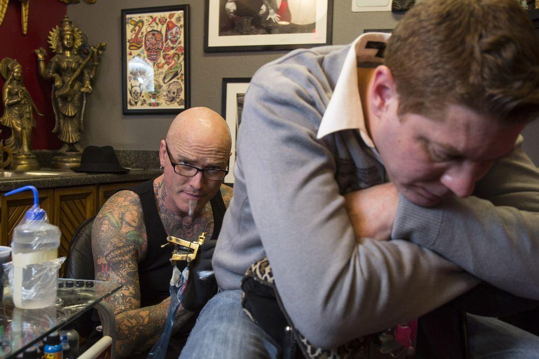 Um seine Kunden von grausamen Tattoosünden zu befreien, nutzt Dirk sein Können für Cover-ups ... - Bildquelle: Richard Knapp 2014 A+E Networks, LLC