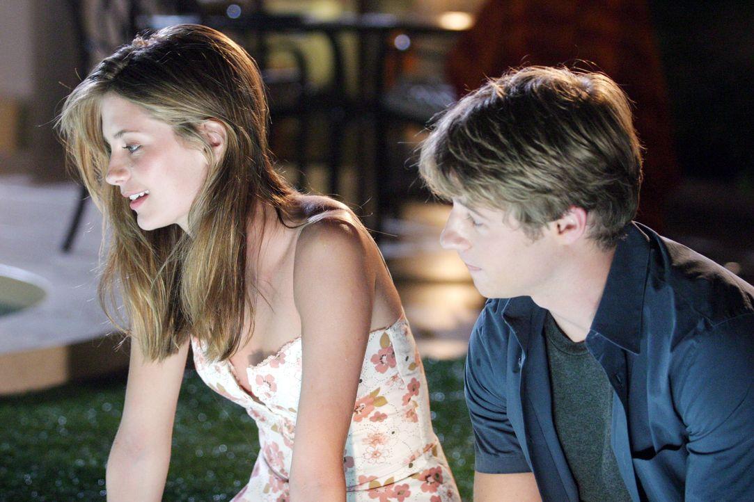Kommen sich etwas näher: Ryan (Benjamin McKenzie, r.) und Marissa (Mischa Barton, l.) ... - Bildquelle: Warner Bros. Television