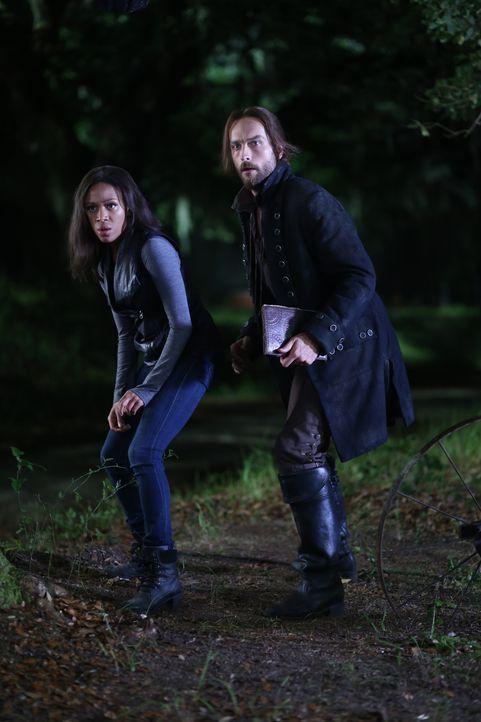 Ist es wirklich eine gute Entscheidung, als Ichabod (Tom Mison, r.) und Abbie (Nicole Beharie, l.) ein Monster zum Leben erwecken, um Katrina zu ret... - Bildquelle: 2014 Fox and its related entities. All rights reserved.