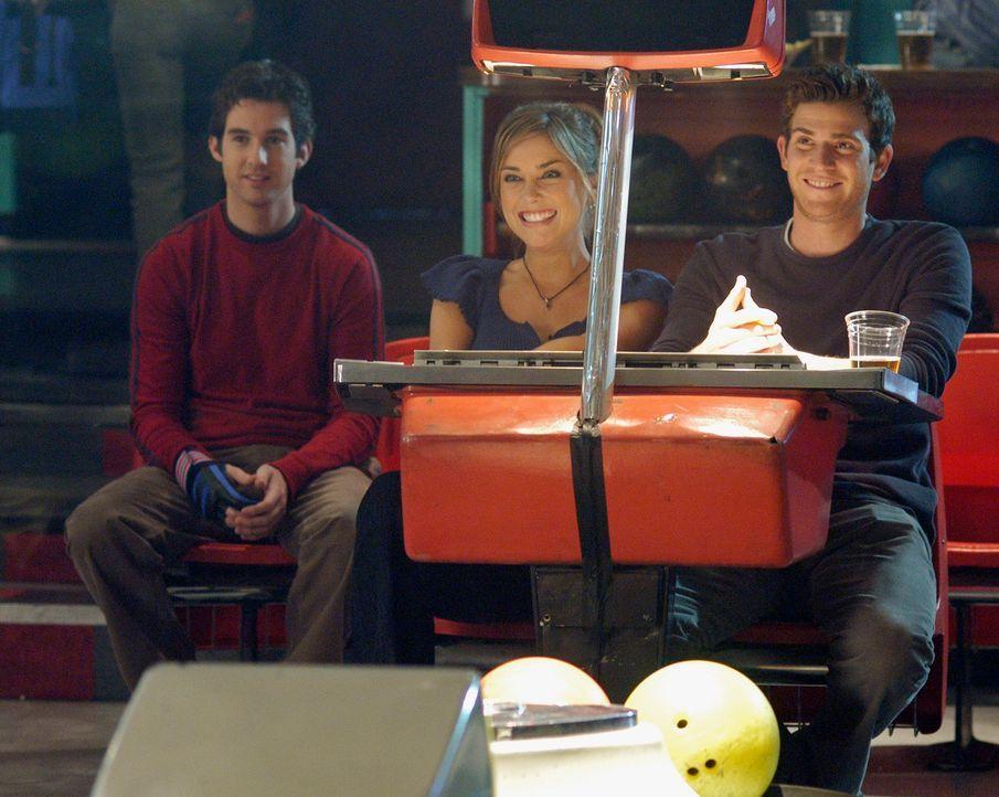 Beim Doppeldate versucht Nick (Bryan Greenberg, r.) seinen Bruder Ronny (Jonathan Murphy, l.) mit Aubreys Freundin Taylor (Jessica Stroup, 2v.l.) zu... - Bildquelle: ABC Studios