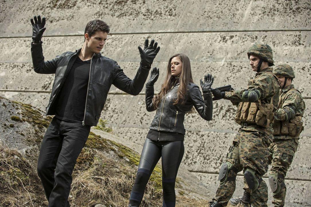 Können Stephen (Robbie Amell, l.) und Cara (Peyton List, 2.v.l.) die Quelle des unsichtbaren Gifts ausschalten, bevor noch weitere Freunde sterben o... - Bildquelle: Warner Bros. Entertainment, Inc
