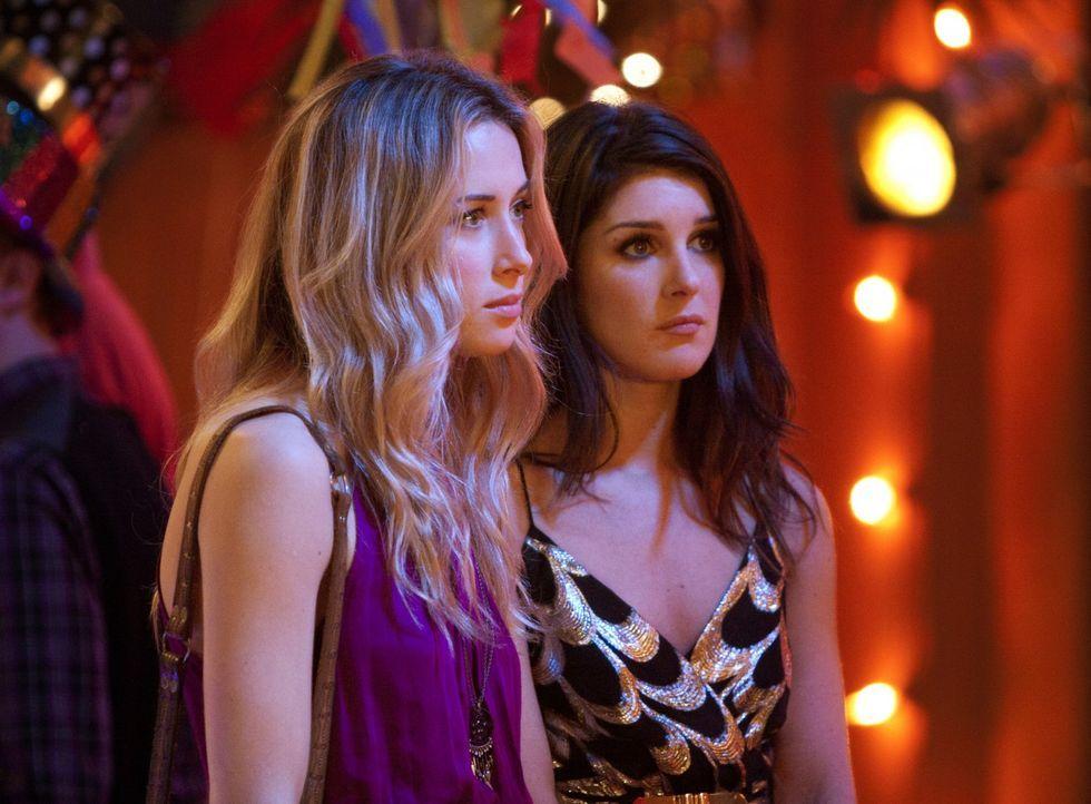 Wird Annie Wilson (Shenae Grimes, r.) den Rat von Ivy Sullivan (Gillian Zinser, l.) befolgen und Liam endlich loslassen? - Bildquelle: 2011 The CW Network. All Rights Reserved.
