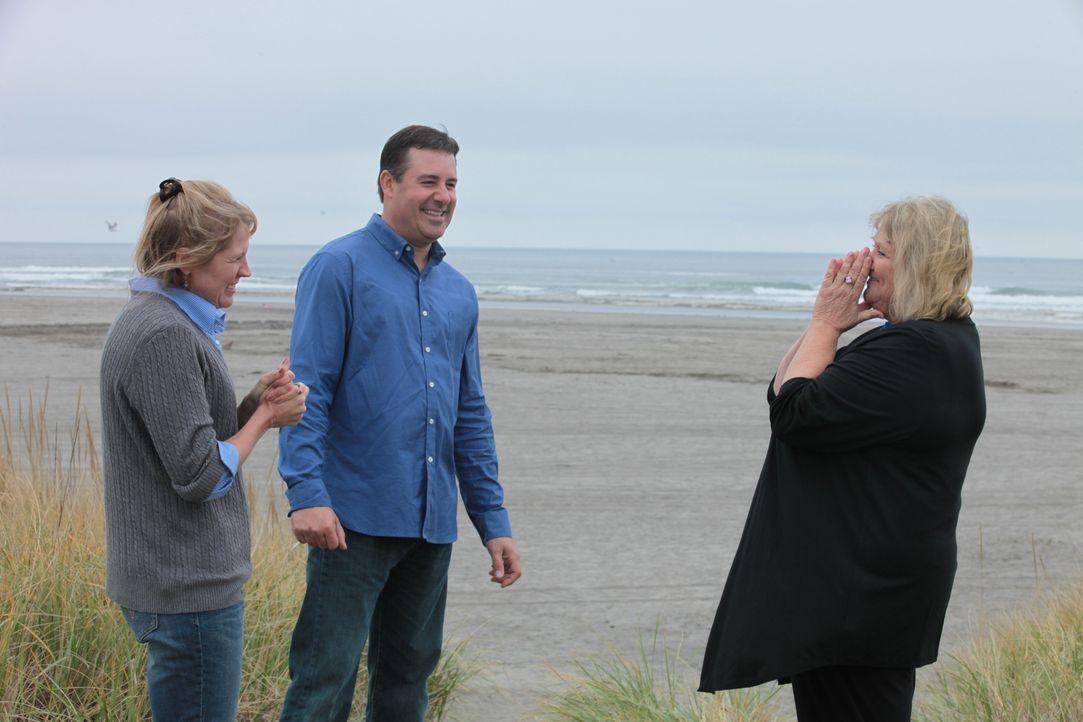 Seit sechs Jahren suchen Holly (l.) und Chris (M.) nach einem Stranddomizil. Findet Immobilienmaklerin Char Wolters (r.) das perfekte Haus für die k... - Bildquelle: 2014,HGTV/Scripps Networks, LLC. All Rights Reserved
