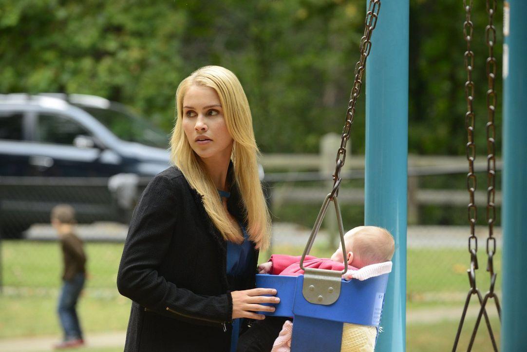 Rebekah (Claire Holt) genießt die Zeit mit ihrer Nichte, aber die friedlichen Stunden sind gezählt ... - Bildquelle: Warner Bros. Television
